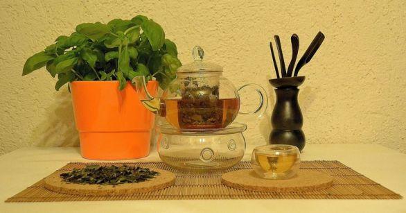 Pai Mu Tan (Bai Mu Dan, White Peony) weißer Tee in Glas zubereitet