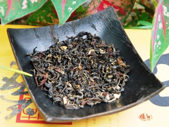 Teemischung aus schwarzem thailändischem Tee und Aromaspendern