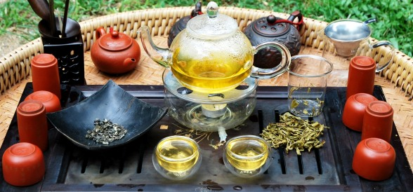 Artisan High Mountain Bi Luo Chun Grüner Tee serviert in Glas-Teeware
