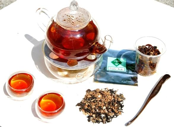 Oriental Chai schwarze Teemischung - Aufguss vor weißem Hintergrund