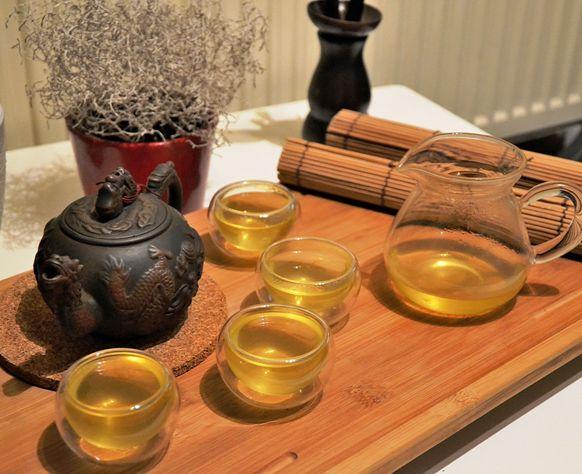 Japanischer grüner Tee (Sencha) in Teegläsern und Glas-Teekanne