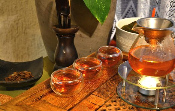 Stilvolle Zubereitung von Kyobancha Tee aus Kyoto, Japan