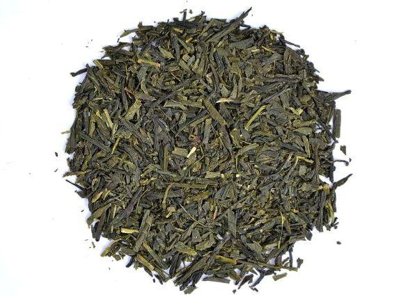 Unbeschattetter, während der Sommerernte gepflückter Sencha Tee